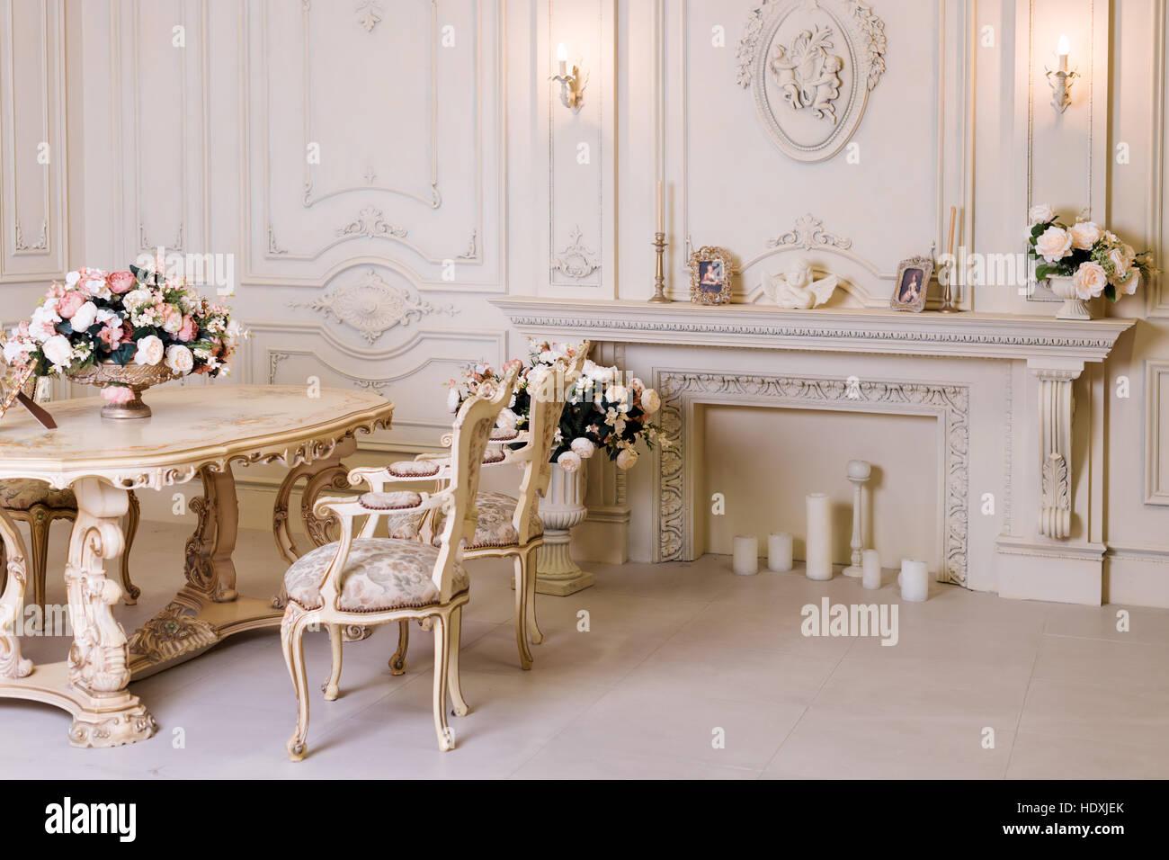 Luxus Wohnung, Klassische Wohnzimmer. Luxuriöse Vintage Interieur Mit Kamin  In Den Aristokratischen Stil.