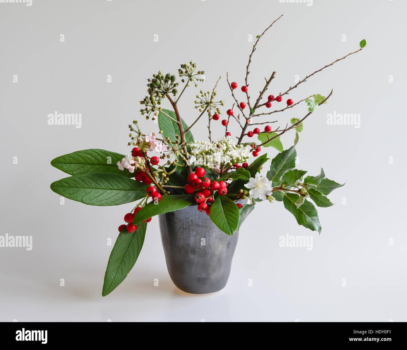 winter beeren laub blumen in einer vase keramik studio zwergmispel garrya blumen efeu. Black Bedroom Furniture Sets. Home Design Ideas