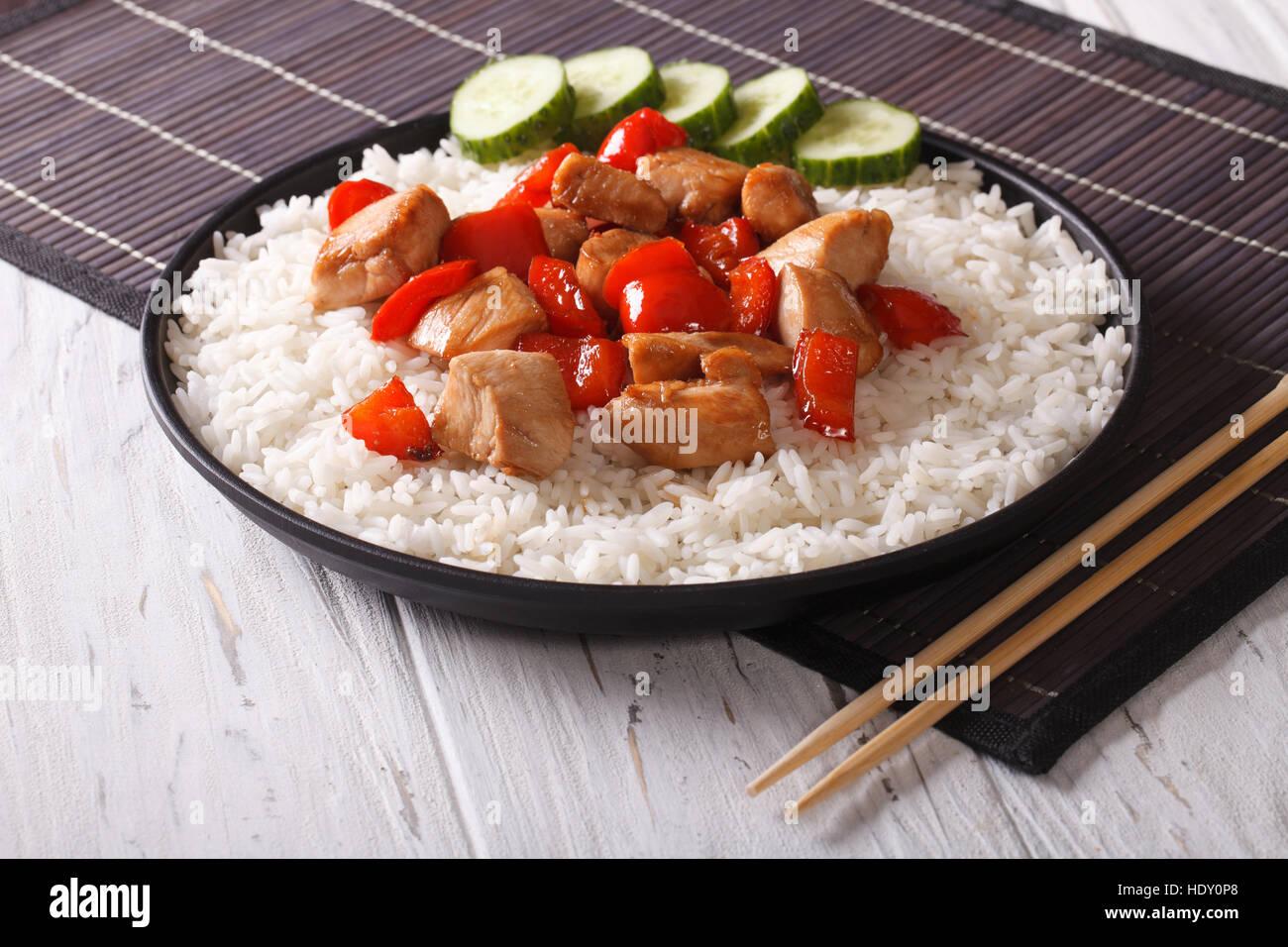 Reis mit Huhn in einer Sauce auf einer Platte Nahaufnahme. horizontale Stockfoto