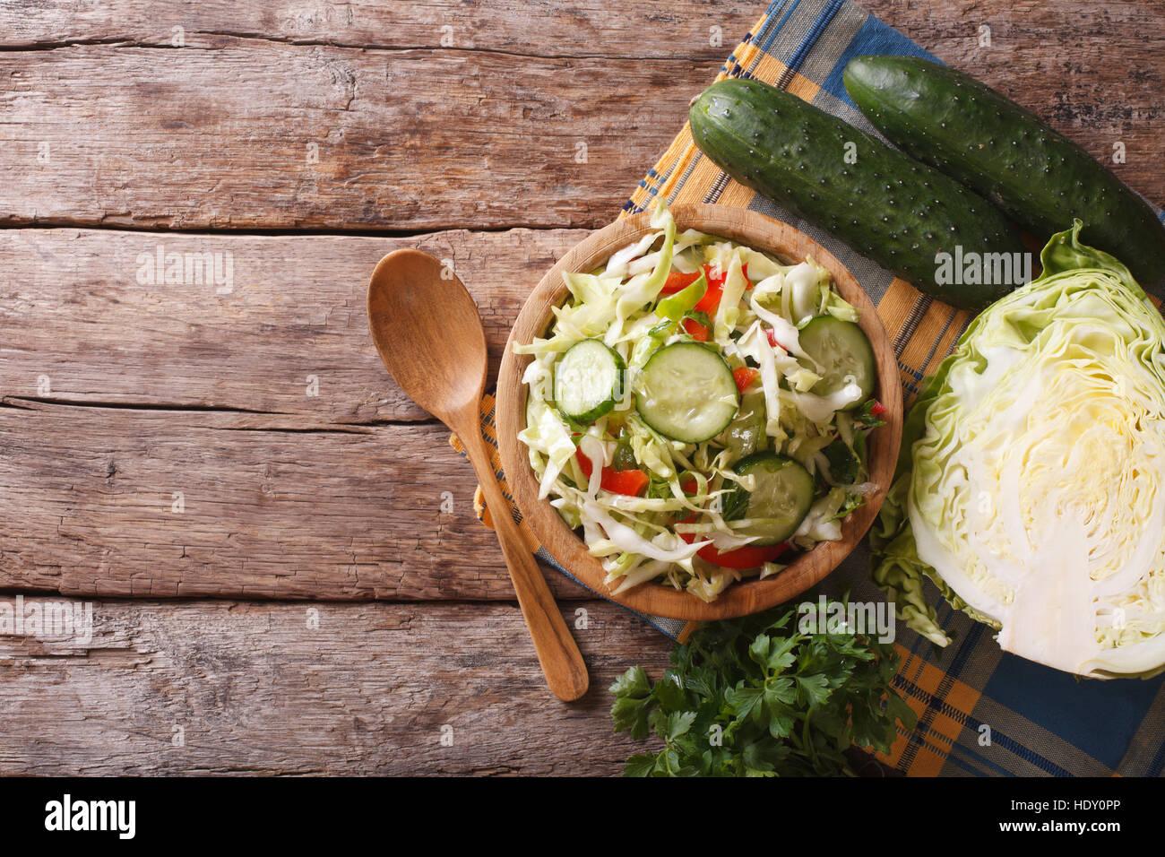 Hausmannskost: Krautsalat und Zutaten auf den Tisch, Ansicht von oben Stockbild