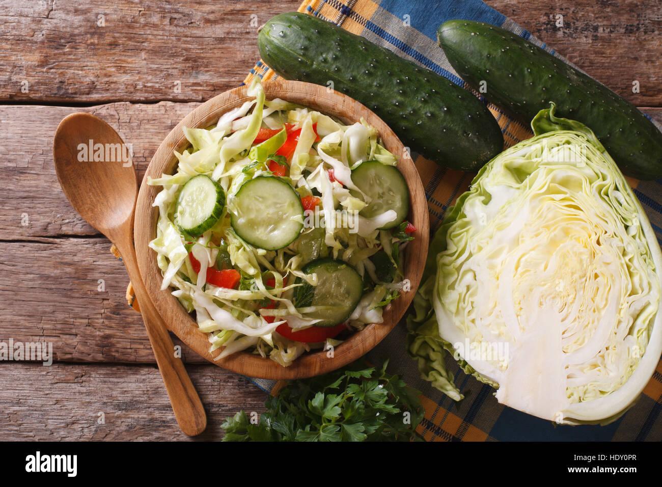 Hausmannskost: Krautsalat und Zutaten auf den Tisch, horizontale Ansicht von oben Closeup Stockbild