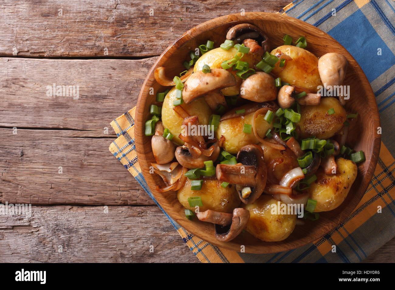Hausgemachtes Essen: Kartoffeln mit Pilzen Closeup. horizontale Ansicht von oben Stockbild