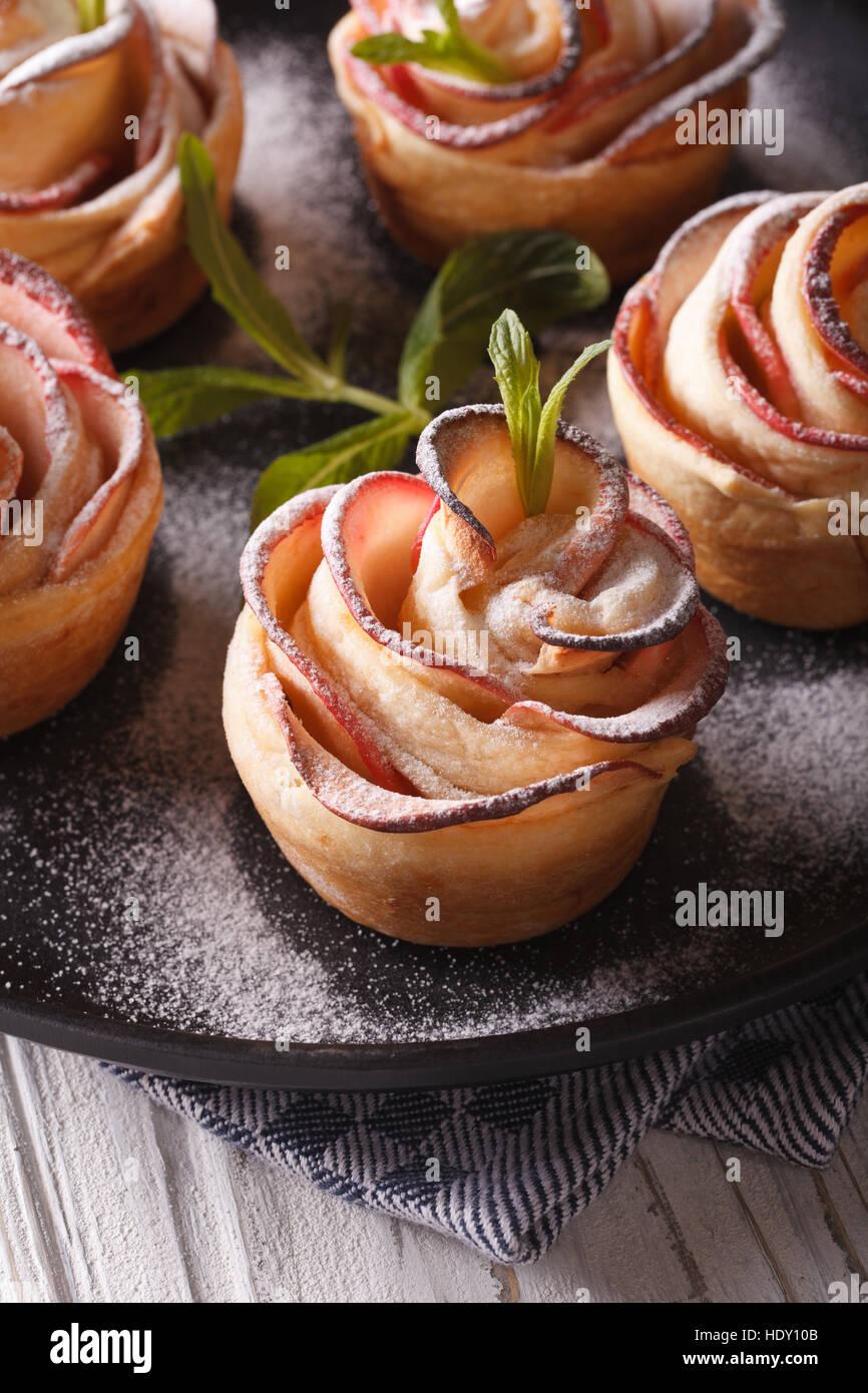 köstlichen Apfel-Dessert in Form von Rosen Nahaufnahme. vertikale Stockbild