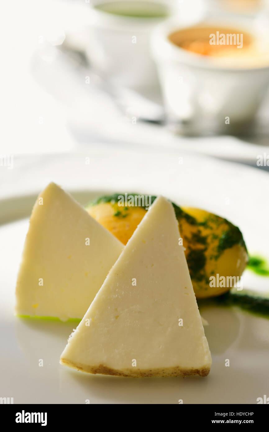Nahaufnahme von einigen Stücken Majorero Käse aus Fuerteventura, Spanien auf einer weißen Keramikplatte, Stockbild