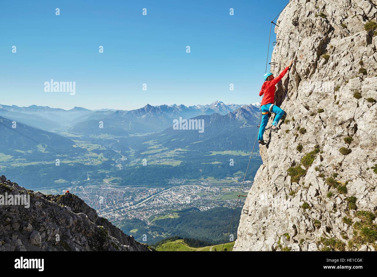 Klettersteig Nordkette : Nordkette klettersteig route bergsteiger befestigt mit stahlkabel
