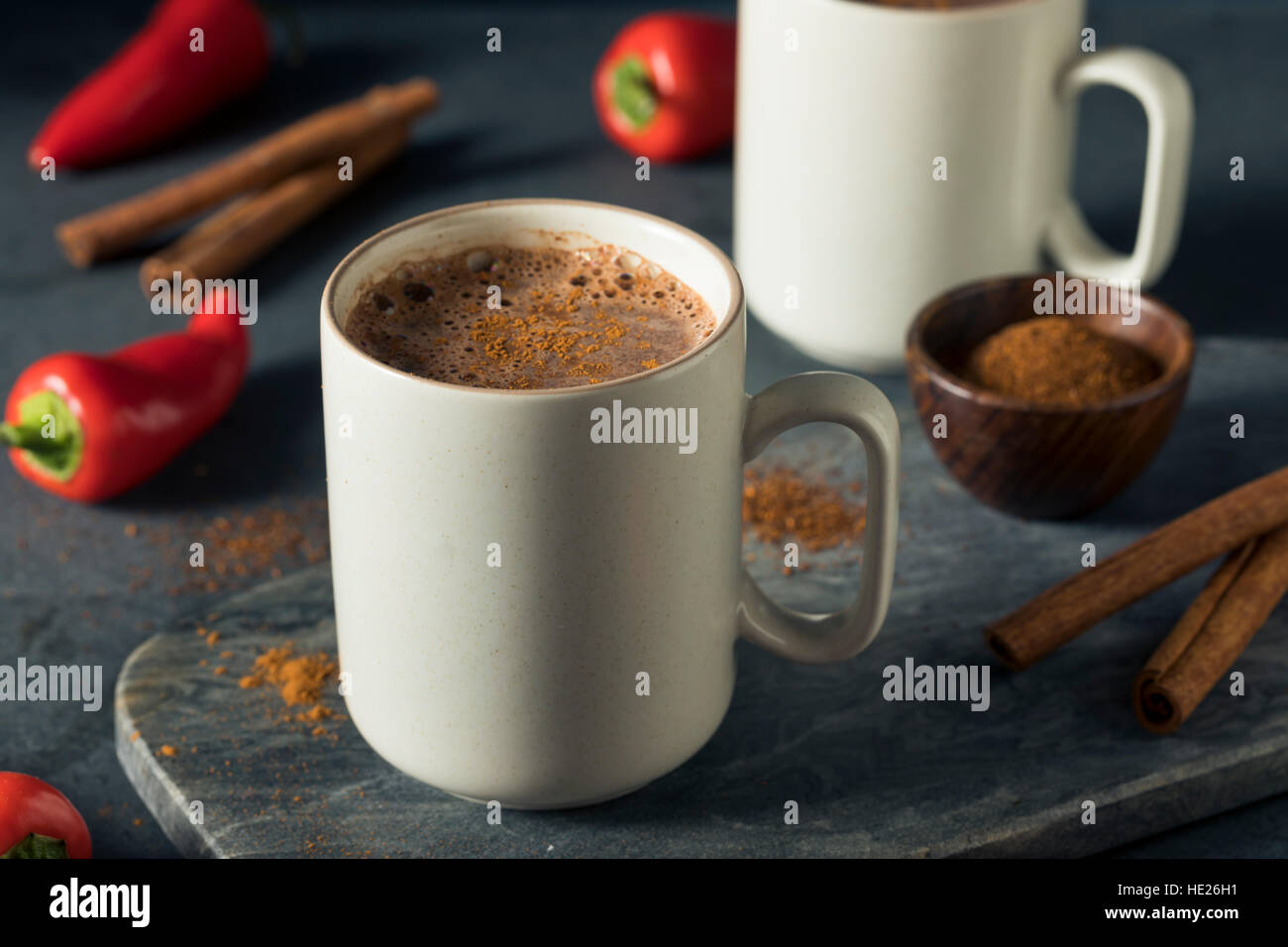 Hausgemachte Urlaub würzige mexikanische heiße Schokolade mit Zimt Stockbild