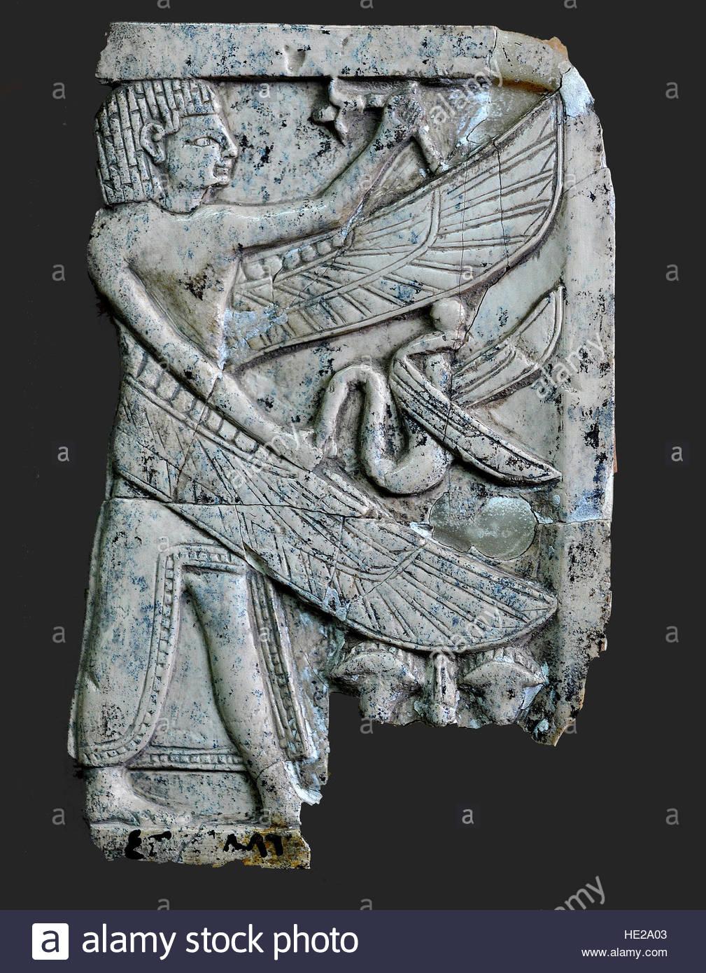 6009. Elfenbein Plaque eines Ägypters gestylt geflügelter Mann eine Schlange hält. Nimrud, Mesopotamien Stockbild