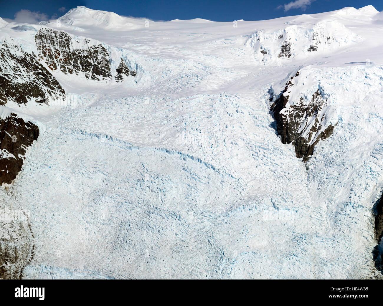 Ein Luftbild von der weltweit größten Eisfall. Die Treppe Eisfall in den Wrangell-St.-Elias-Nationalpark Stockbild