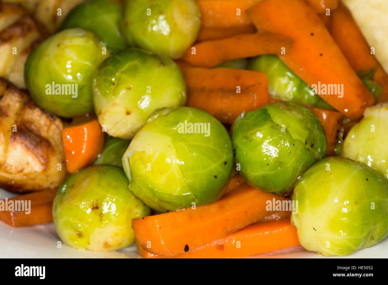 Nahaufnahme der festlichen gekochtes Gemüse wie Rosenkohl und Karotten. Stockbild