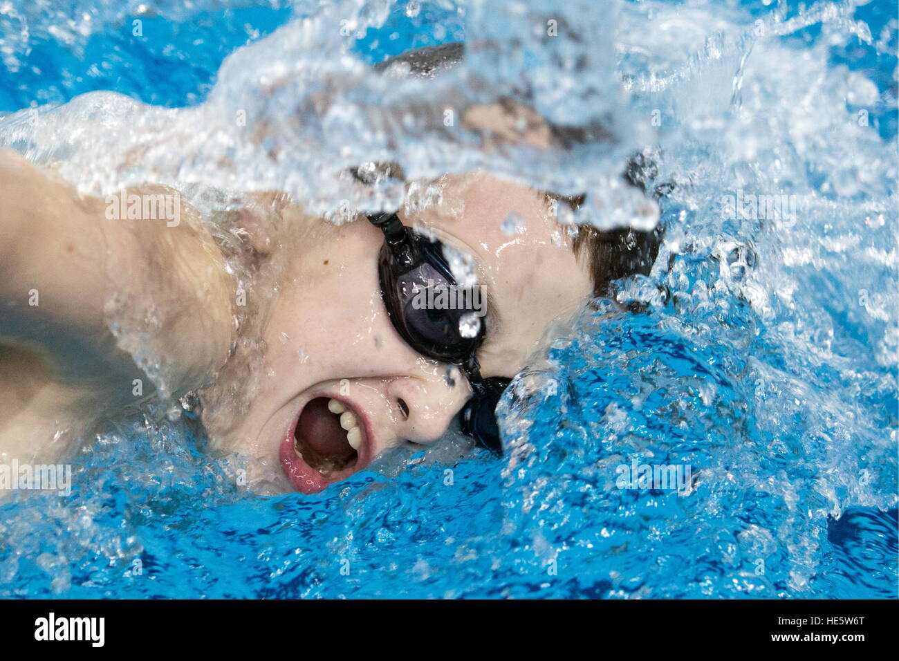 Omsk, Russland. 16. Dezember 2016. Ein Teilnehmer in einem Swimming-Wettbewerb in Omsk Kadettenkorps. © Dmitry Feoktistov/TASS/Alamy Stockfoto
