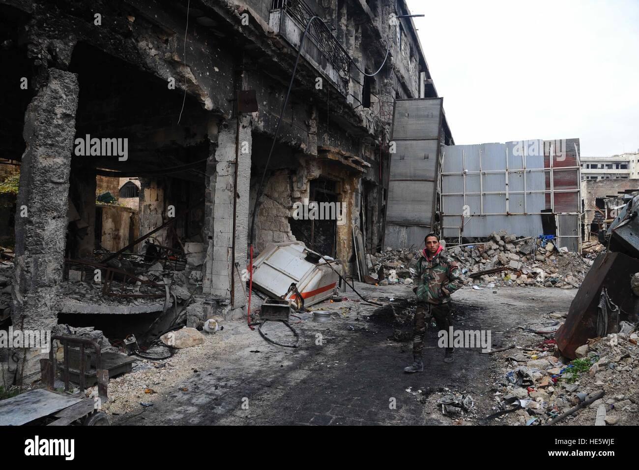 Aleppo, Syrien. 17. Dezember 2016. Ein syrischer Soldat geht in der alten Stadt von Aleppo, Syrien, 17. Dezember Stockbild