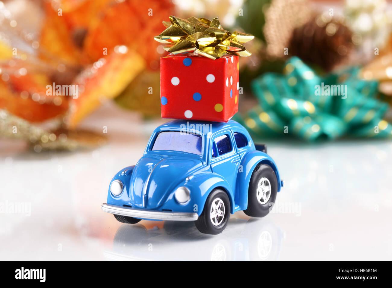 Geschenk Paket Auf Das Kleine Blaue Auto Stockfoto Bild 129227552