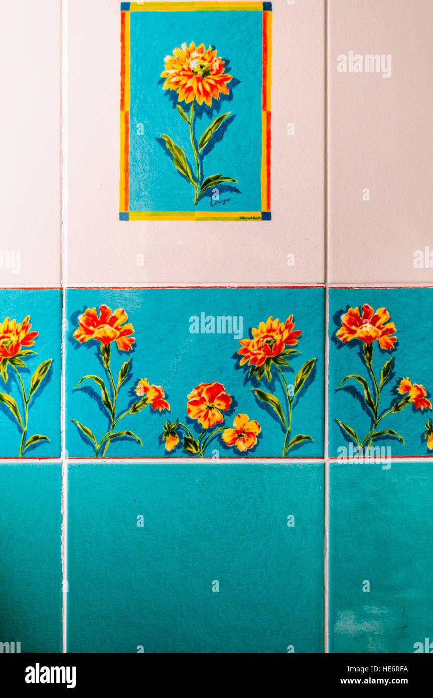 Blau, orange und weiße Wand früher aus den 1970er Jahren mit gemalten Blumen. Stockbild