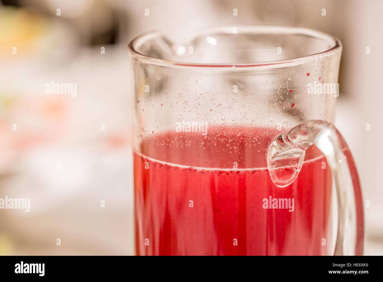 Traditionelle russische Getränk gemacht Mors Beeren- und Smoothie in ...