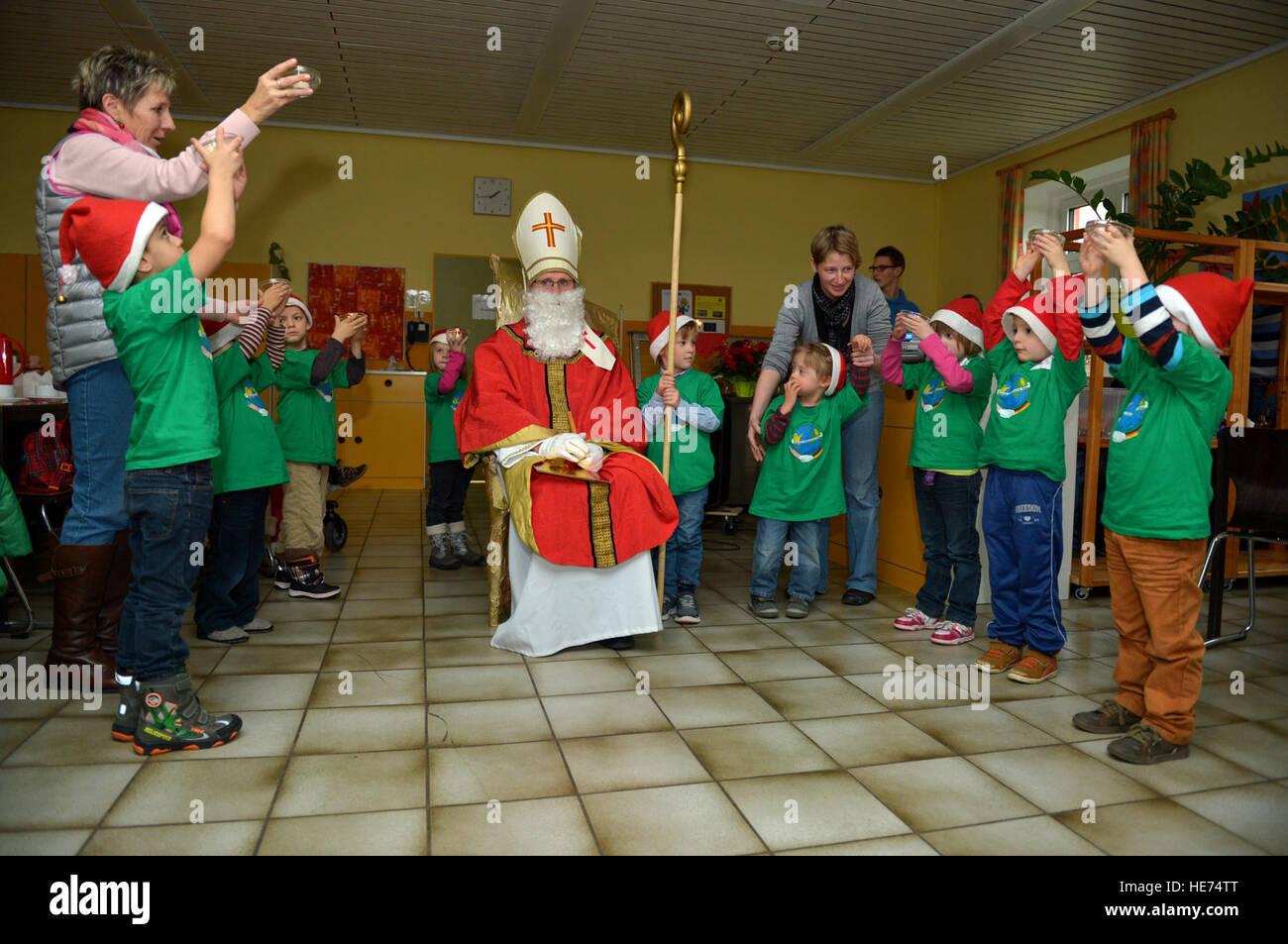 Kinder von der St. Martin Schule in Bitburg, Deutschland, führen Sie ...