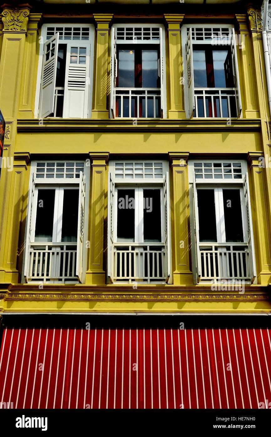Extrem Traditionelle Chinesische shop Haus Außen mit weißen Fensterläden BT25