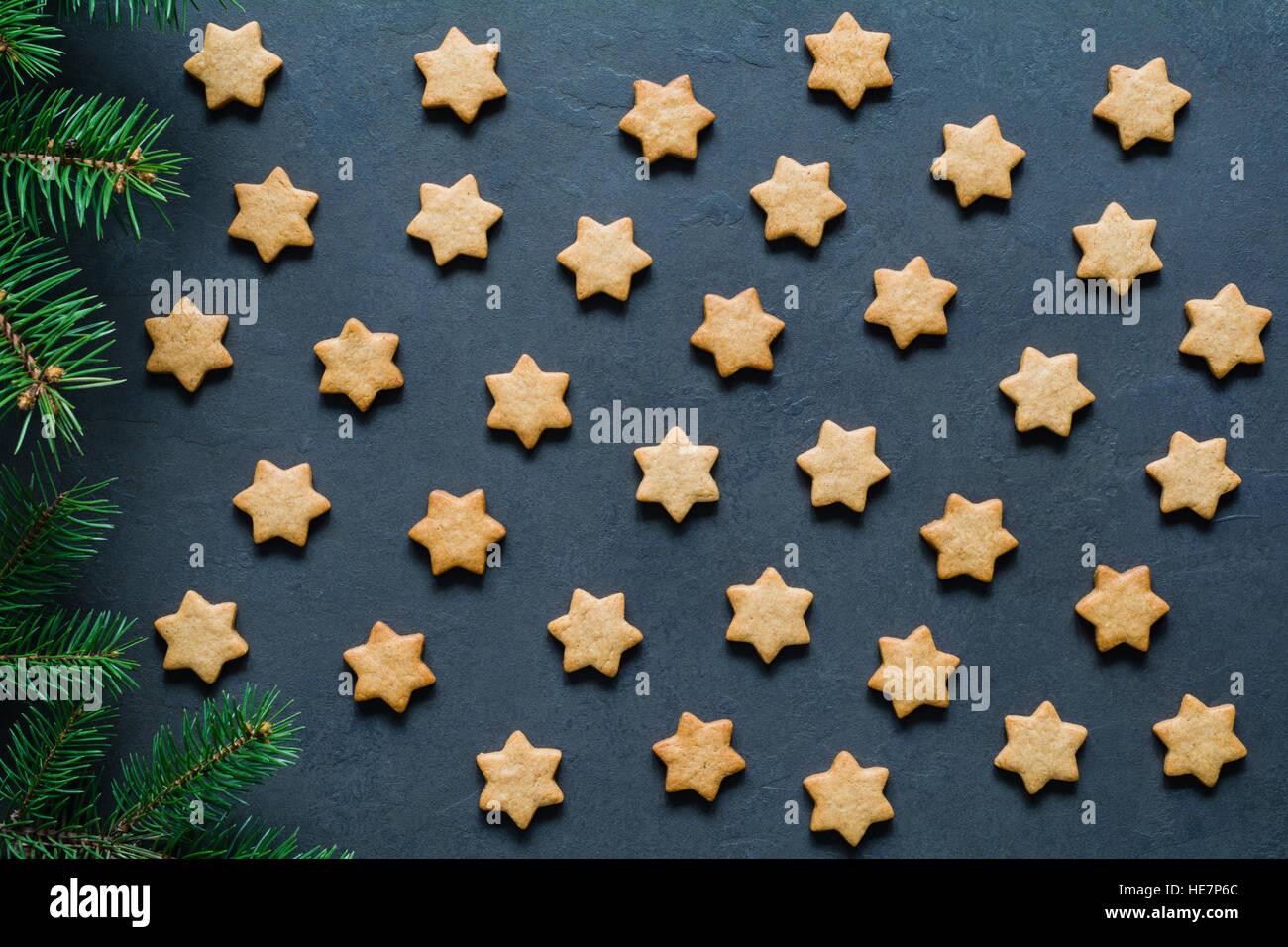 Sternen geformt Lebkuchen zu Weihnachten. Urlaub backen. Draufsicht, getönten Bild, flach legen oder Muster Stockbild