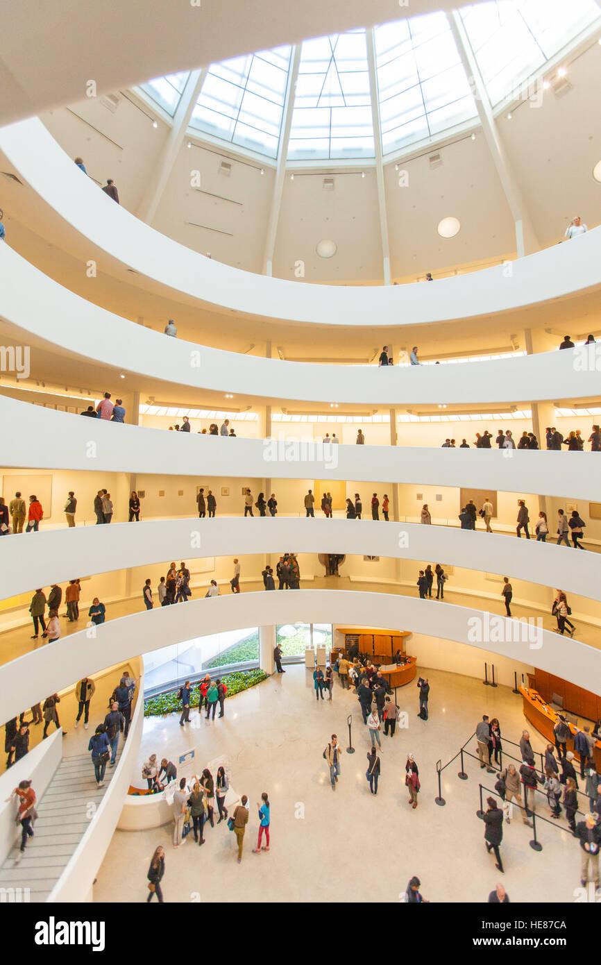 Die Spirale Rotunde im Inneren des Guggenheim Museums, Fifth Avenue, Manhattan, New York City, Vereinigte Staaten Stockfoto