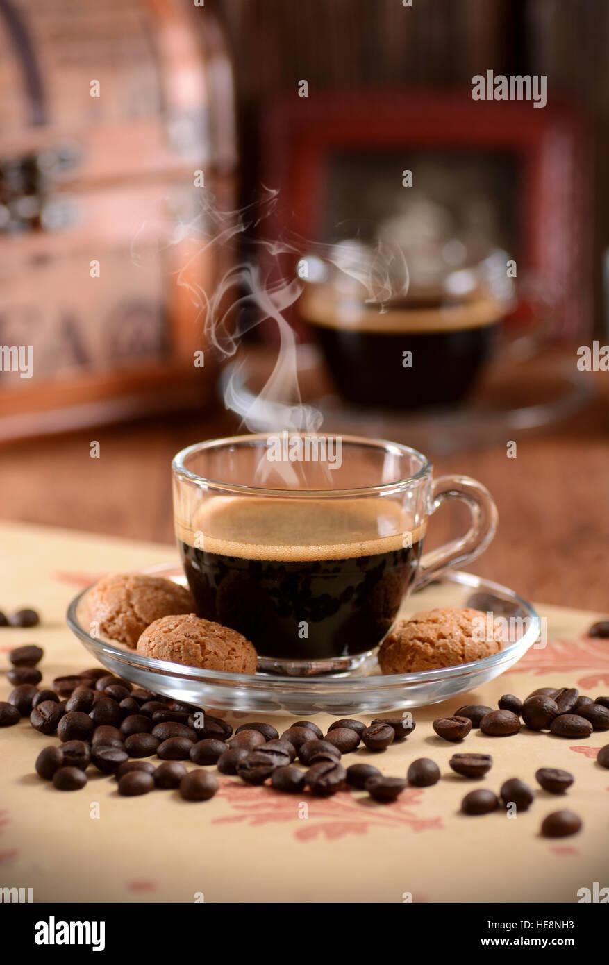 Italienische Espresso-Kaffeemaschine in Glasschale mit Amaretti-Kekse rund um Stockbild
