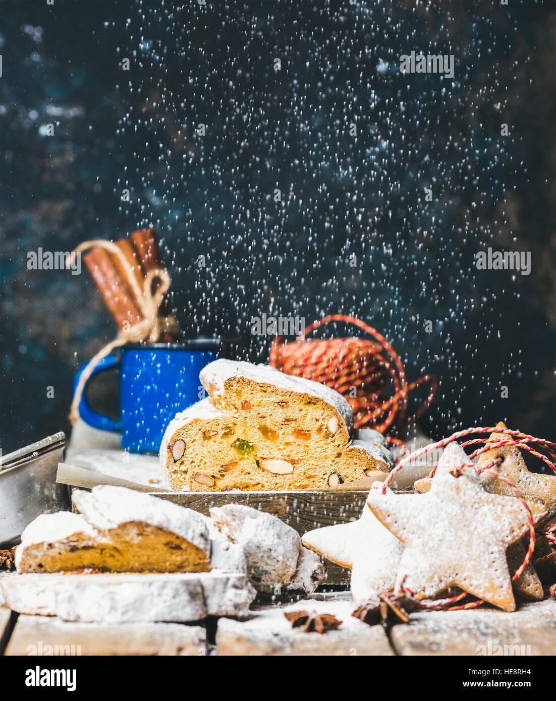 Traditionelle deutsche Weihnachten Kuchen Stollen mit festlichen sternförmige Lebkuchen Stockfoto