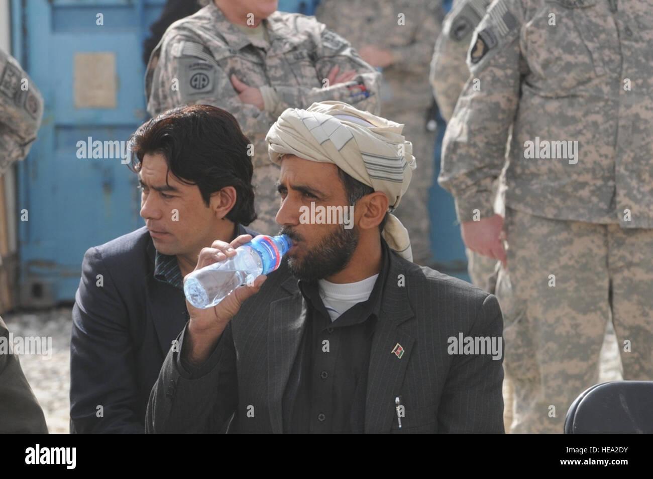 Kasim Disiwal, Sub-Gouverneur von Khwaja Omari, trinkt Wasser beim Wechsel der Befehl Zeremonie, März 11. Prominente Stockbild