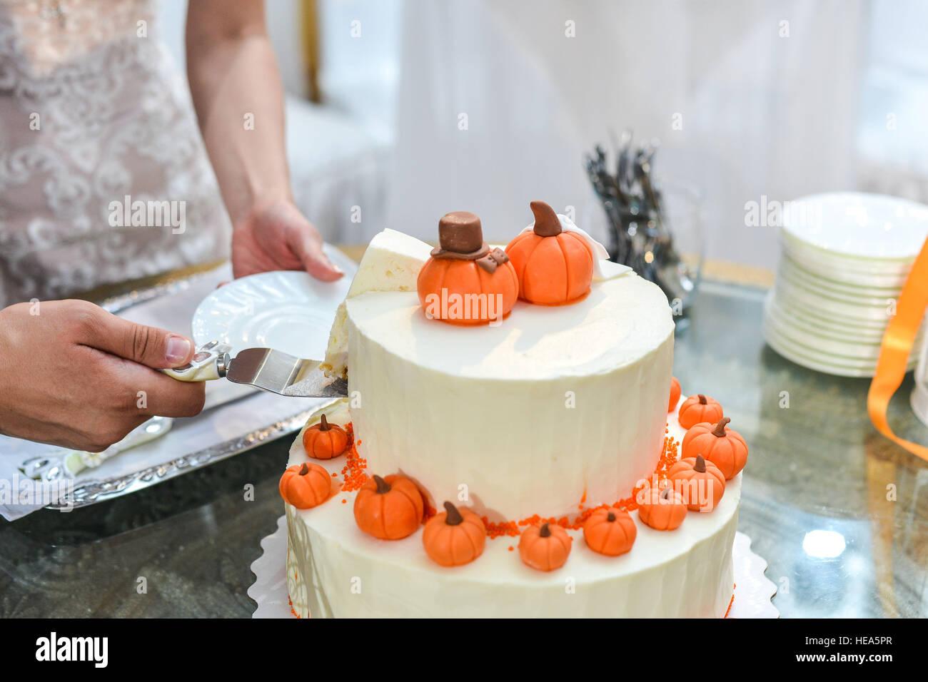 Hochzeitstorte Mit Roten Rosen Orange Stockfoto Bild 129301839