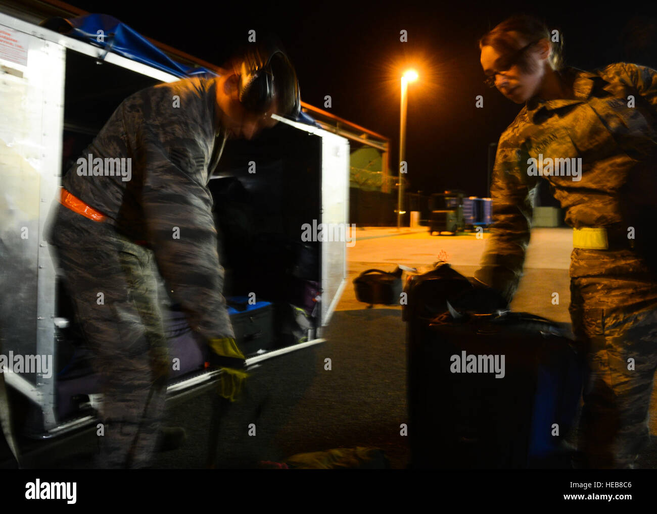 US Air Force Piloten mit 724. Air Mobility Squadron Entladen des Gepäcks auf Aviano Air Base, Italien, 17. Stockbild