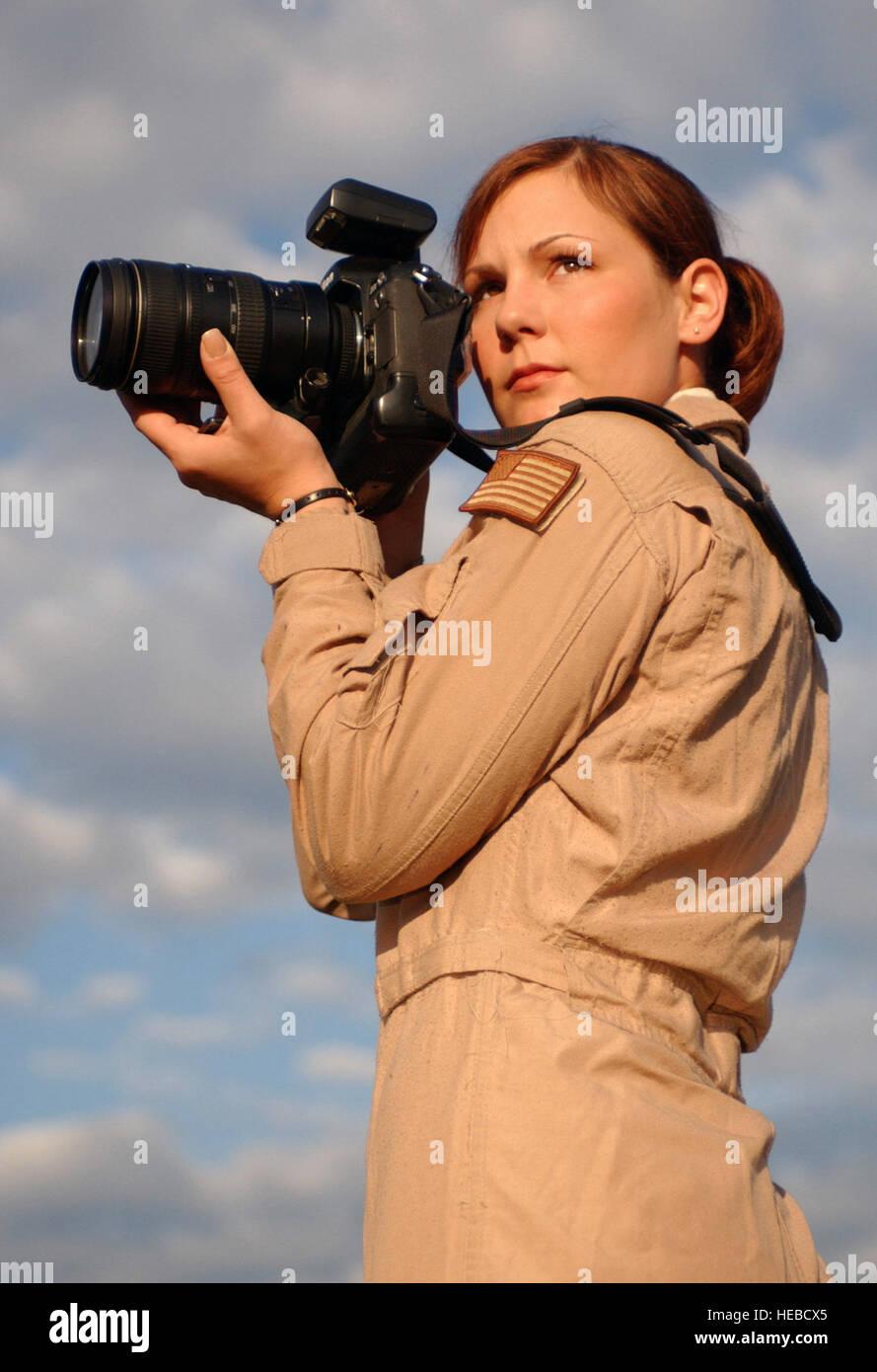 US Air Force (USAF) Staff Sergeant (SSGT) Stacy L. Pearsall, Aerial Photograph, 1st Combat Kamera Squadron (CTCS), Charleston Air Force Base (AFB), South Carolina (SC), posiert für Fotos vor dem 1 CTCS Gebäude als Anerkennung für ihr die 2004 militärische Fotograf (MILPHOG) des Jahres ausgezeichnet. Stockfoto