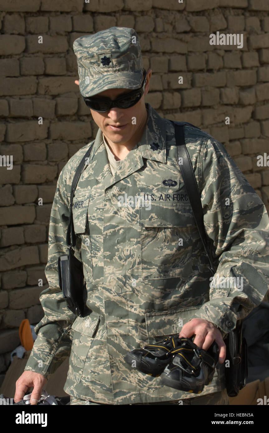 Oberstleutnant Thomas Knolmayer Hilft Gespendeten Schuhe Bei Einem