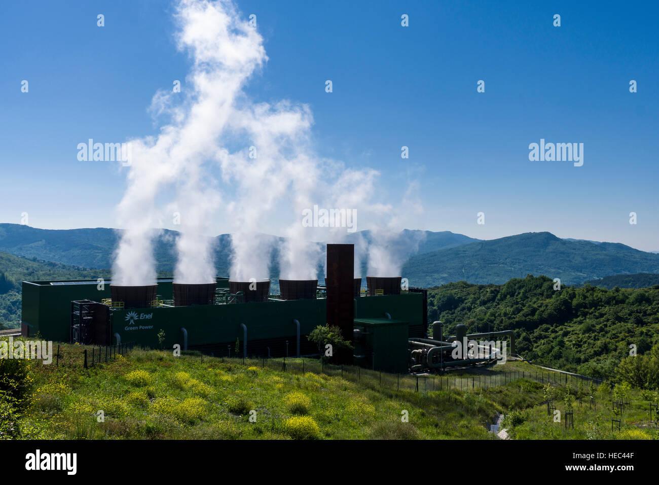 Dampf entsteht aus der Bagnore 3 geothermische Kraftwerk am Morgen ...