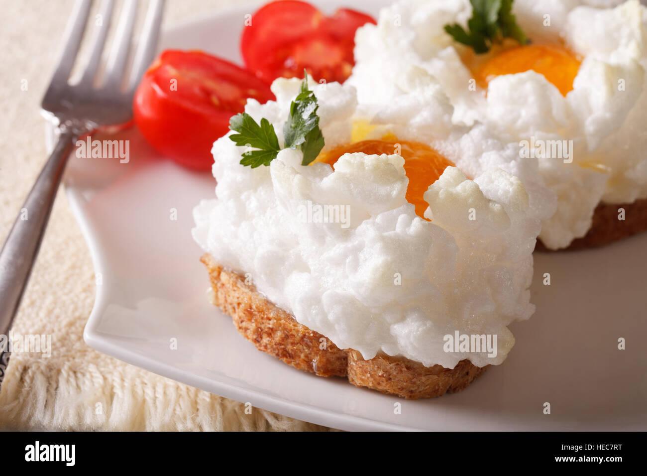 Französische Küche: gebackenen Eiern Orsini und Tomaten auf einer ...