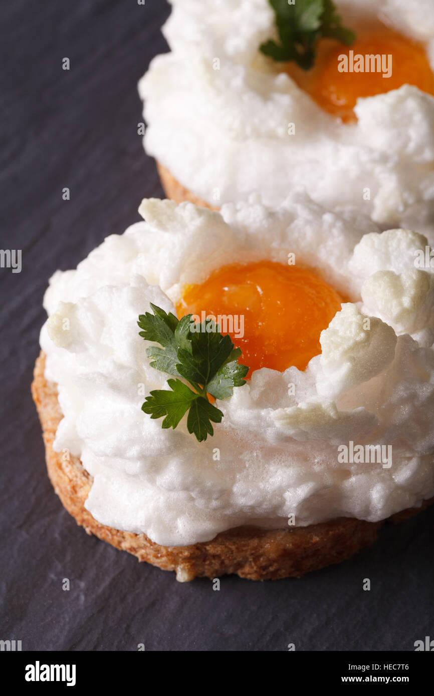 Eiern Orsini: gebackene geschlagene Eiweiß und Eigelb auf Toast ...