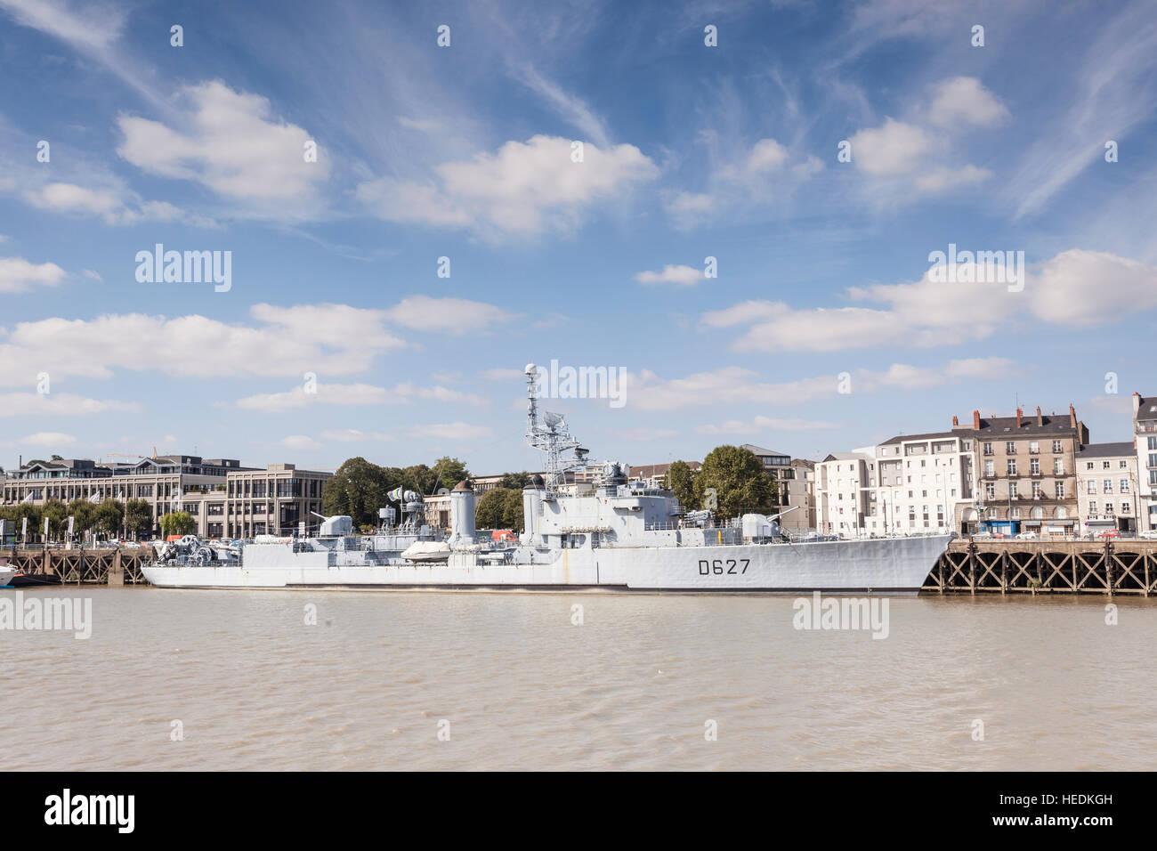 Ein Marine-Schiff angedockt in Nantes, Frankreich. Stockbild
