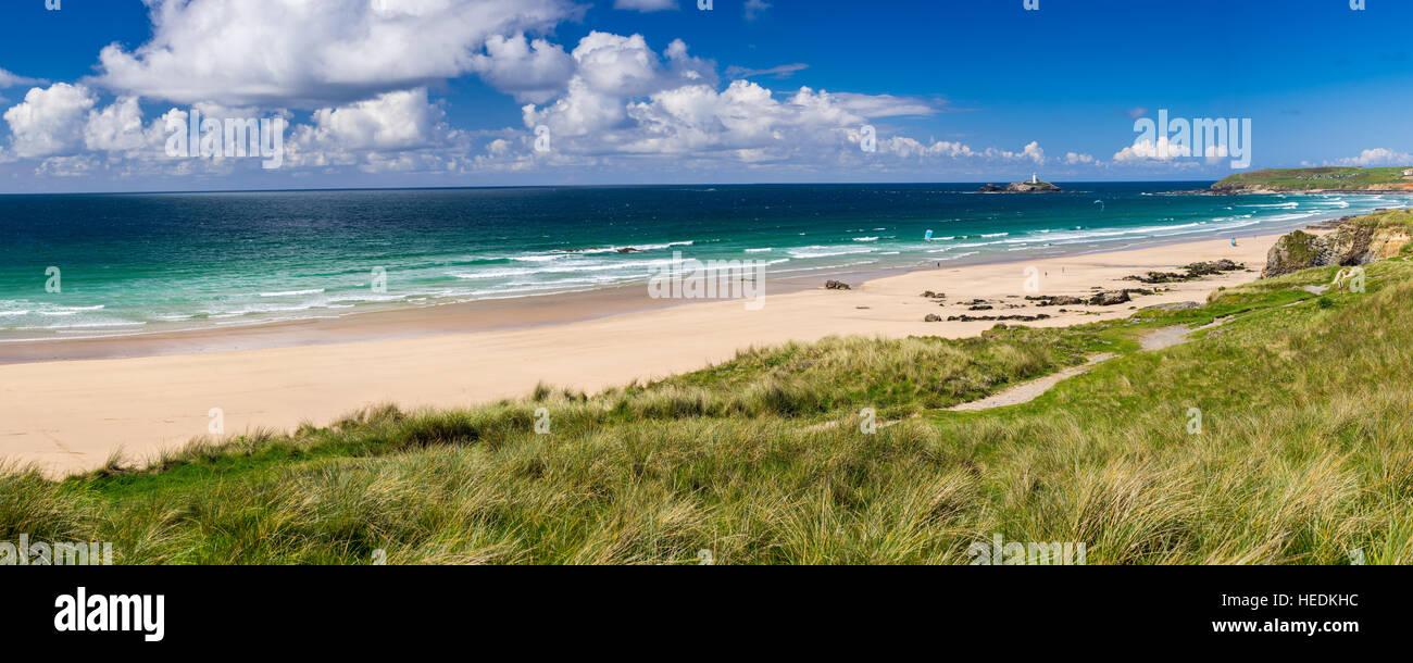Die schönen goldenen Sandstrand bei Gwithian mit Godrevy in der Ferne Cornwall England UK Europa Stockbild