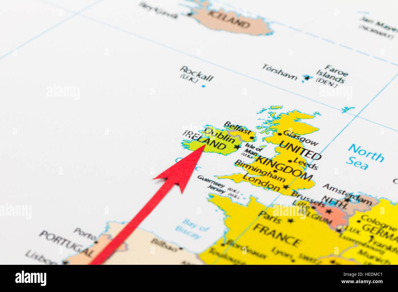 Irland Karte Europa.Roten Pfeil Auf Der Karte Der Kontinent Europa Irland Stockfoto