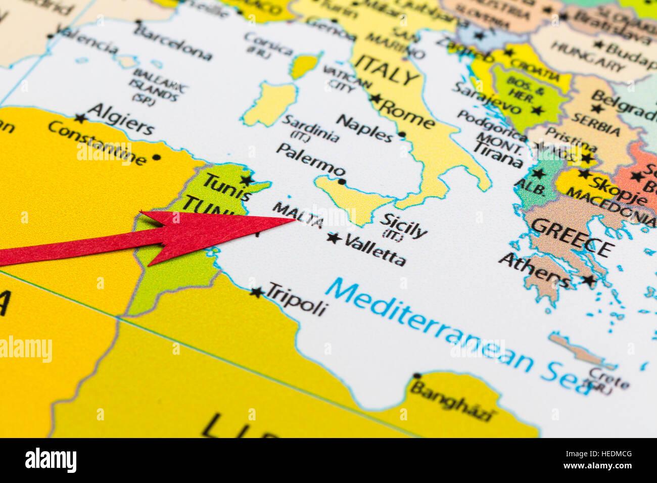 malta karte europa Roten Pfeil auf der Karte der Kontinent Europa Malta Stockfoto