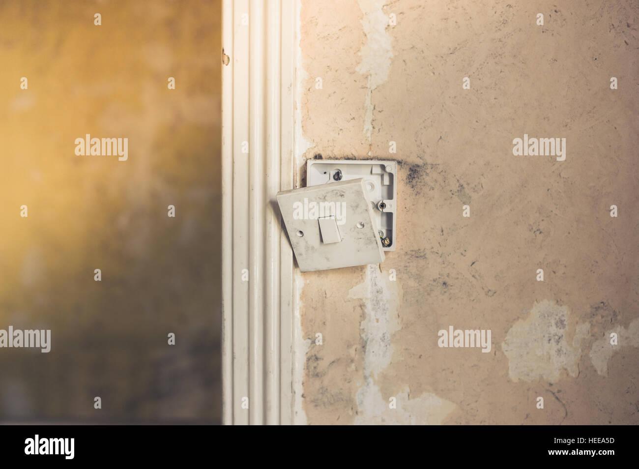 Charming Eine Defekte Lichtschalter Mit Freiliegenden Drähten Auf Eine Schmutzige  Wand Mit Peeling Tapete