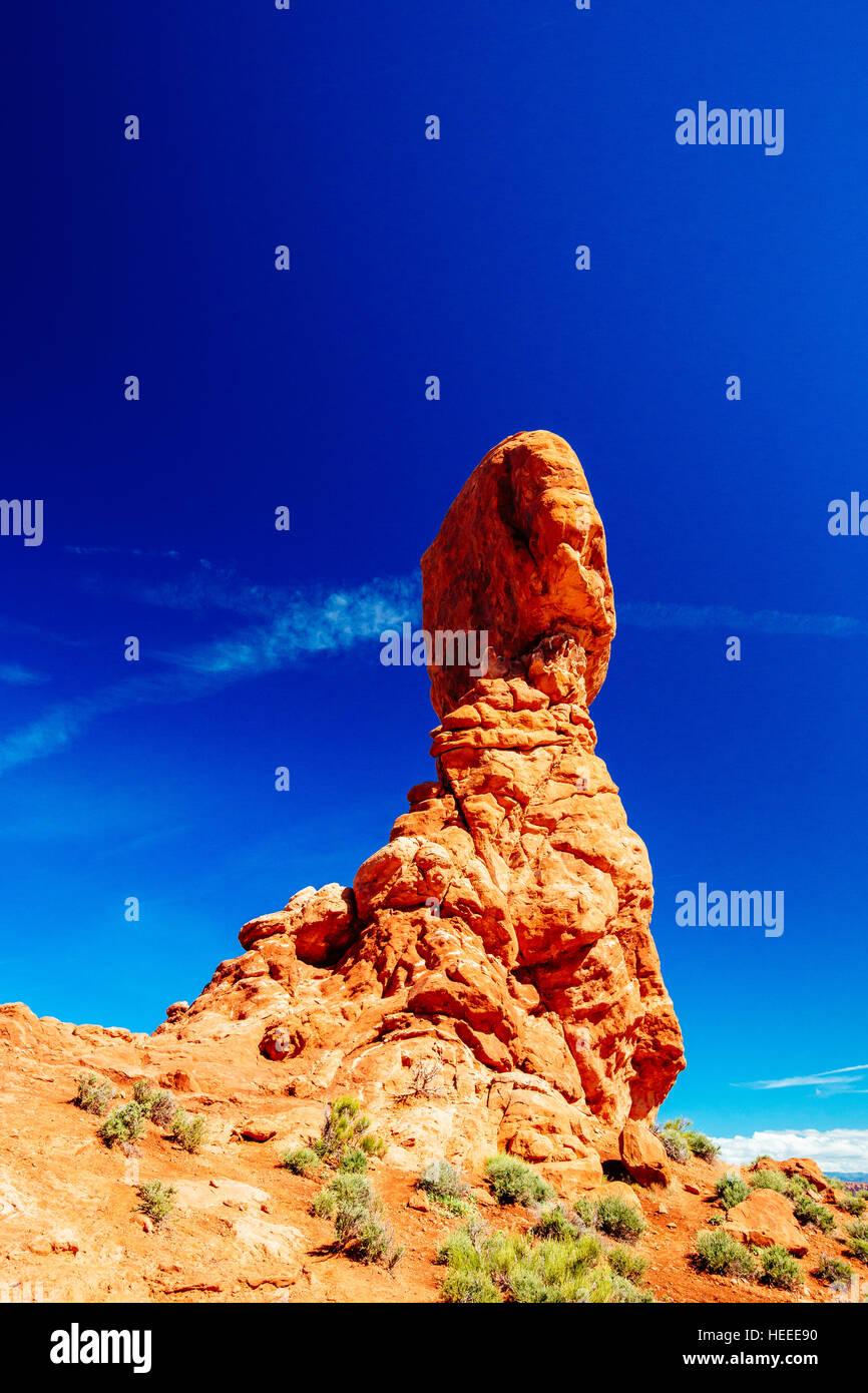 Balanced Rock - ein Findling schätzungsweise 3500 Tonnen Gewicht - sitzt thront auf einem prekären Sockel - Arches Stockfoto