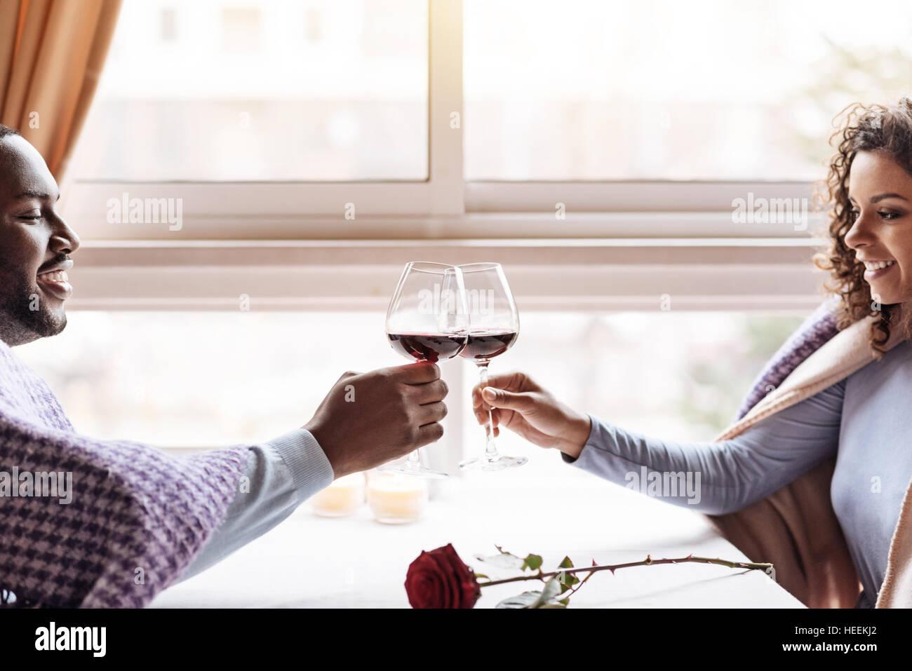 Afrikanische amerikanische Brautpaar trinken Wein im restaurant Stockbild