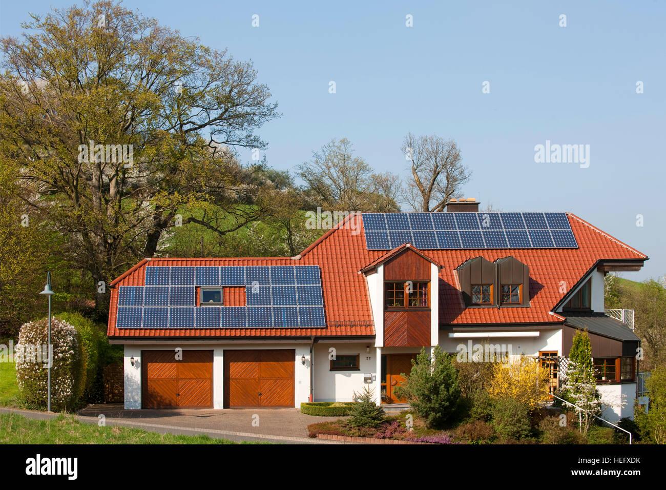 Deutschland, Nordrhein-Westfalen, Kreis Euskirchen, Stadt Schleiden, Haus Mit Solarenergieanlage. Stockbild