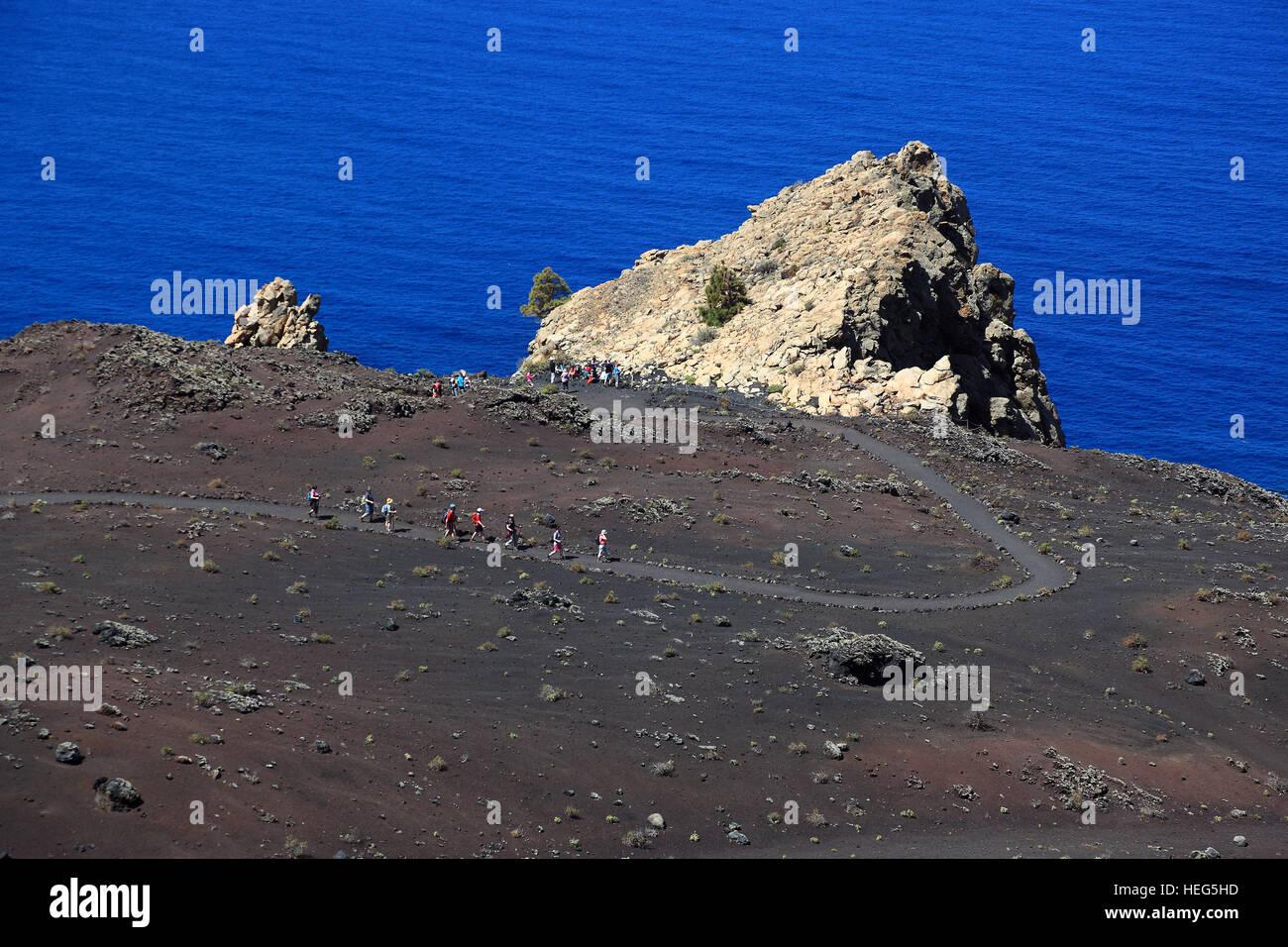 La am Palma, Kanarische Insel, Wanderer Auf Dem Weg Vom Vulkan San Antonio Zum Vulkan Teneguia Cap Fuencaliente Stockbild