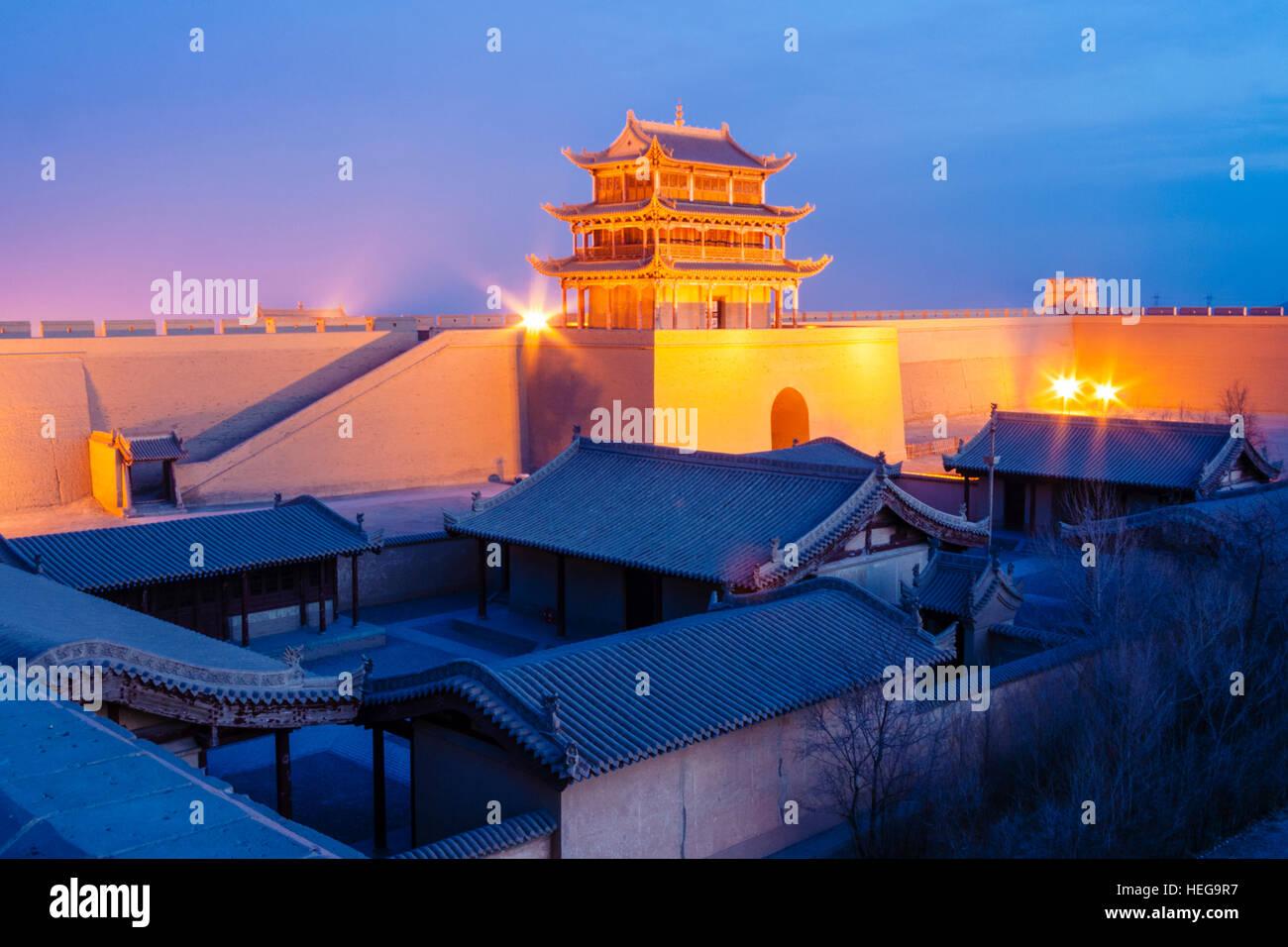 Jiayuguan Festung beleuchtet in der Dämmerung an der westlichen Grenze des Great Wall Of China. Der Pass war Stockbild
