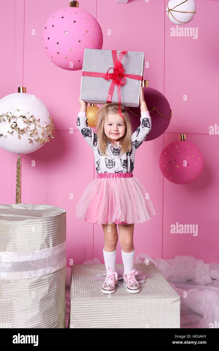 Hübsches Mädchen Kind 3 Jahre alt in einem Kleid. Babygeschenk ...