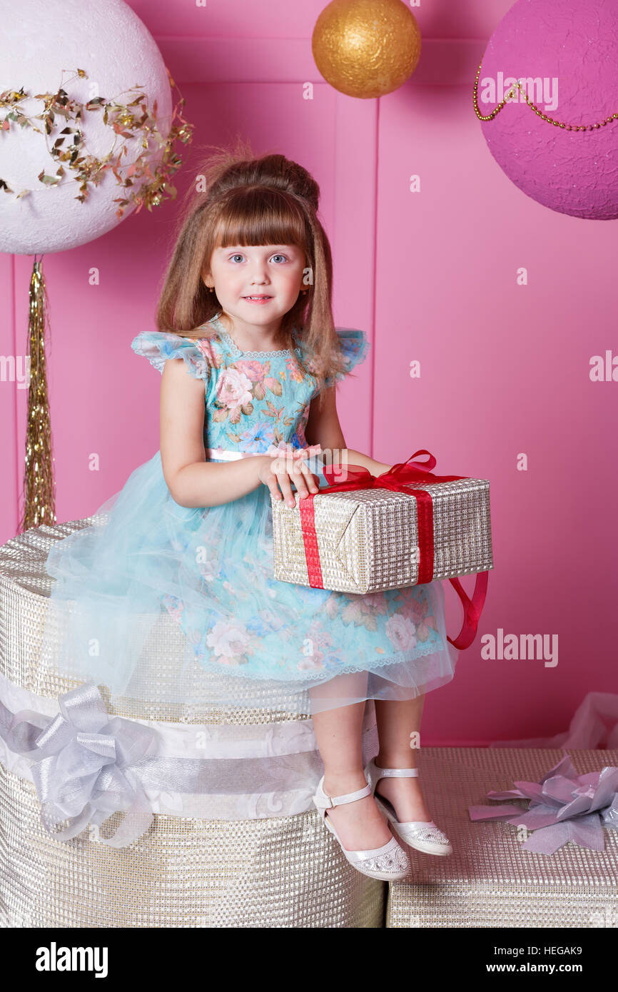 Hübsches Mädchen Kind 4 Jahre alt in einem blauen Kleid ...