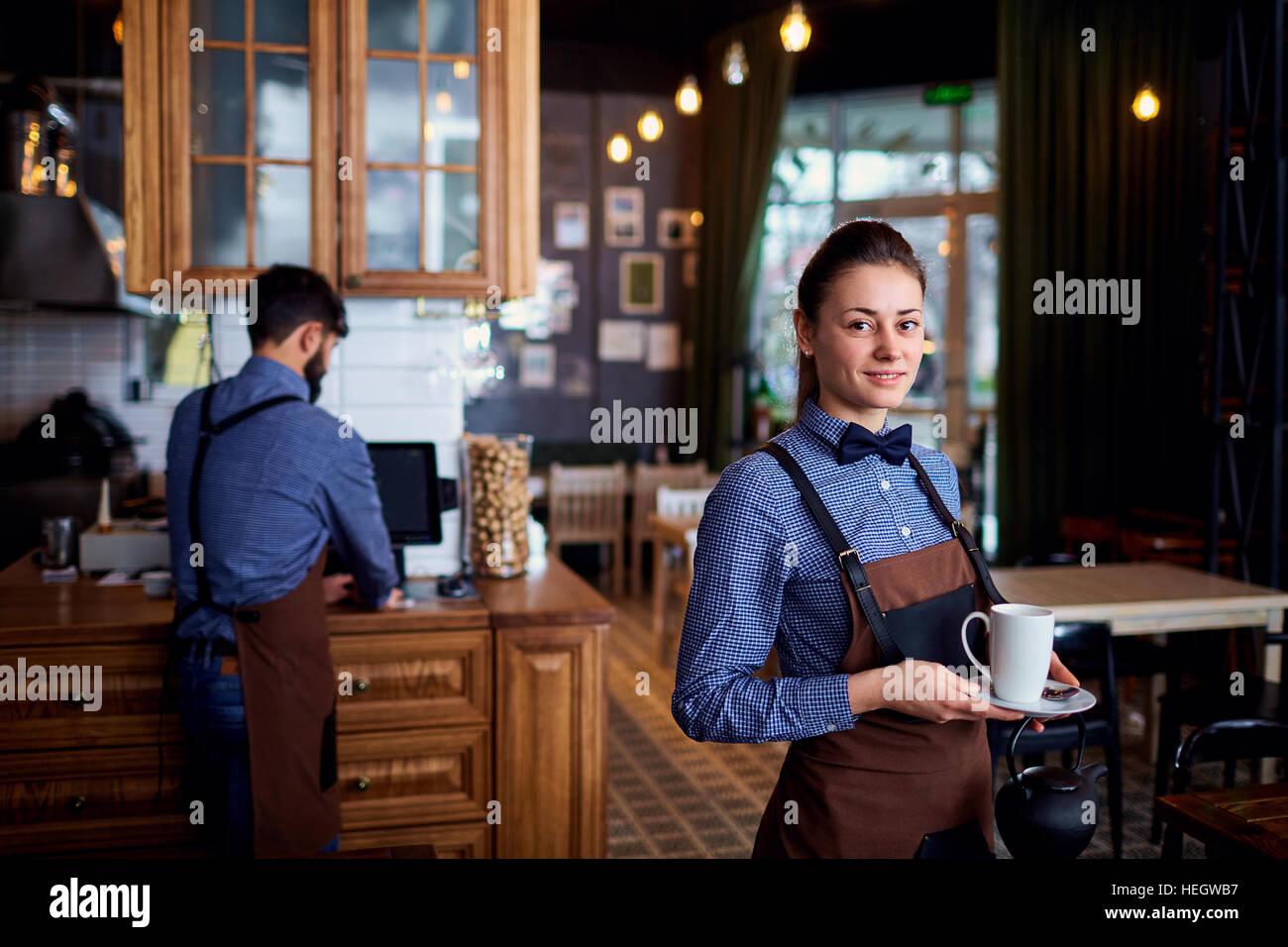 Kellnerin, Kellner arbeiten bei Cafe Bar restaurant Stockbild