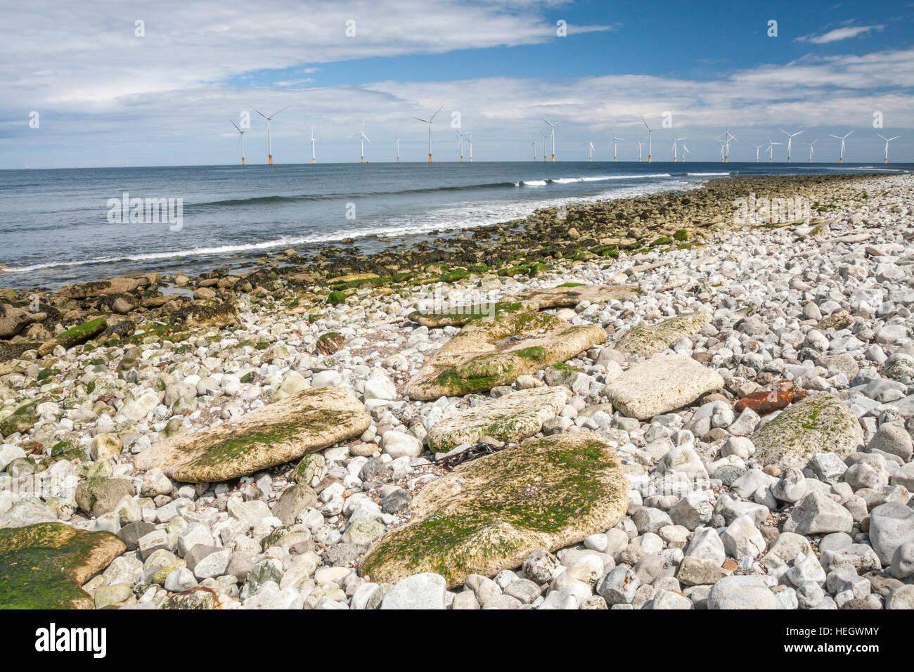 Ein Blick auf die Windkraftanlagen vor der Küste von Redcar, England, UK Stockbild