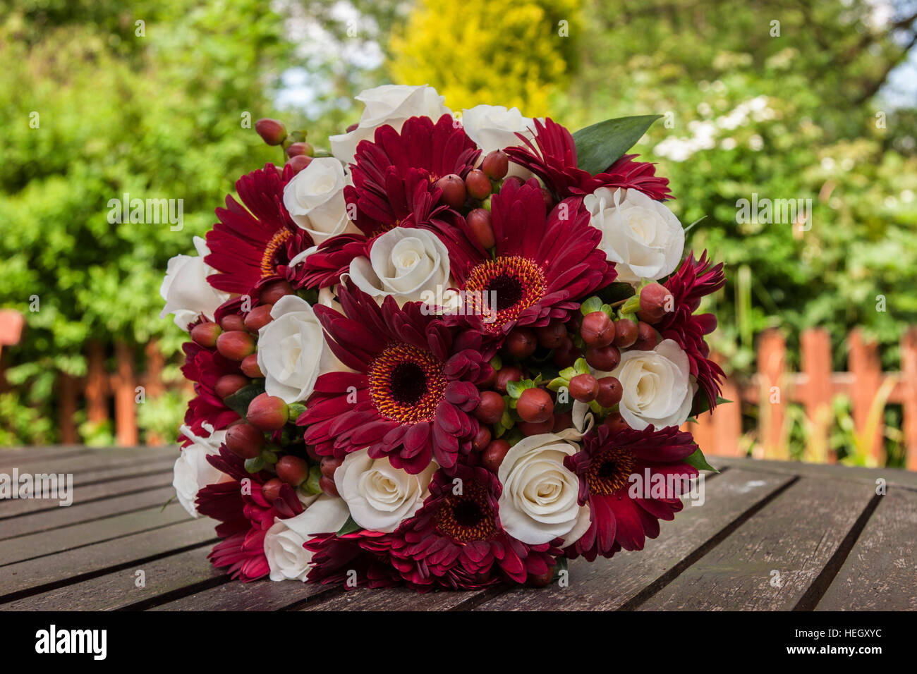 Brautstrauss Aus Weissen Rosen Und Roten Gerbera Stockfoto Bild