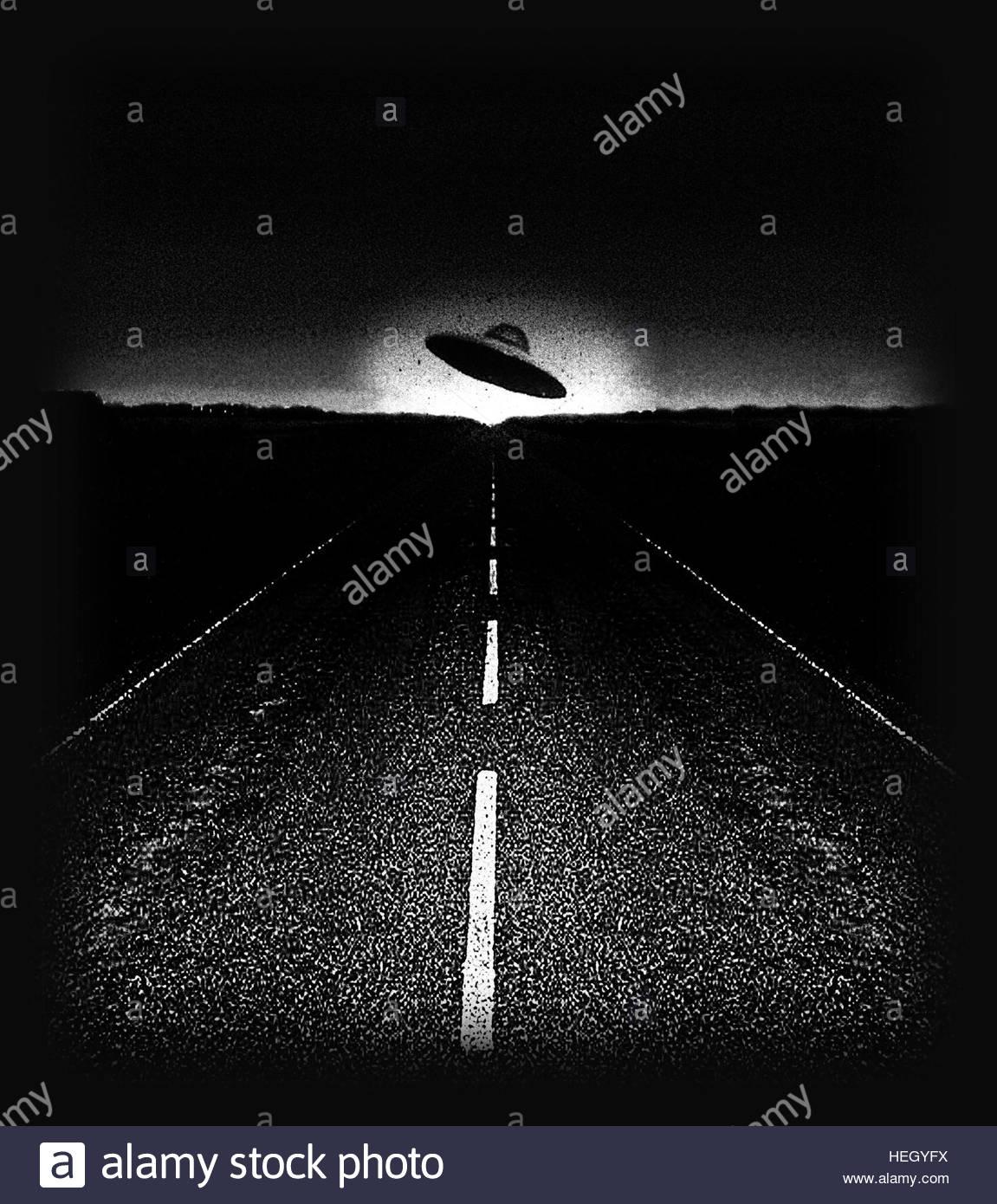 Ufo auf der Straße in der Nacht retro space age Grau fliegende Untertasse nahe Begegnung Stockbild