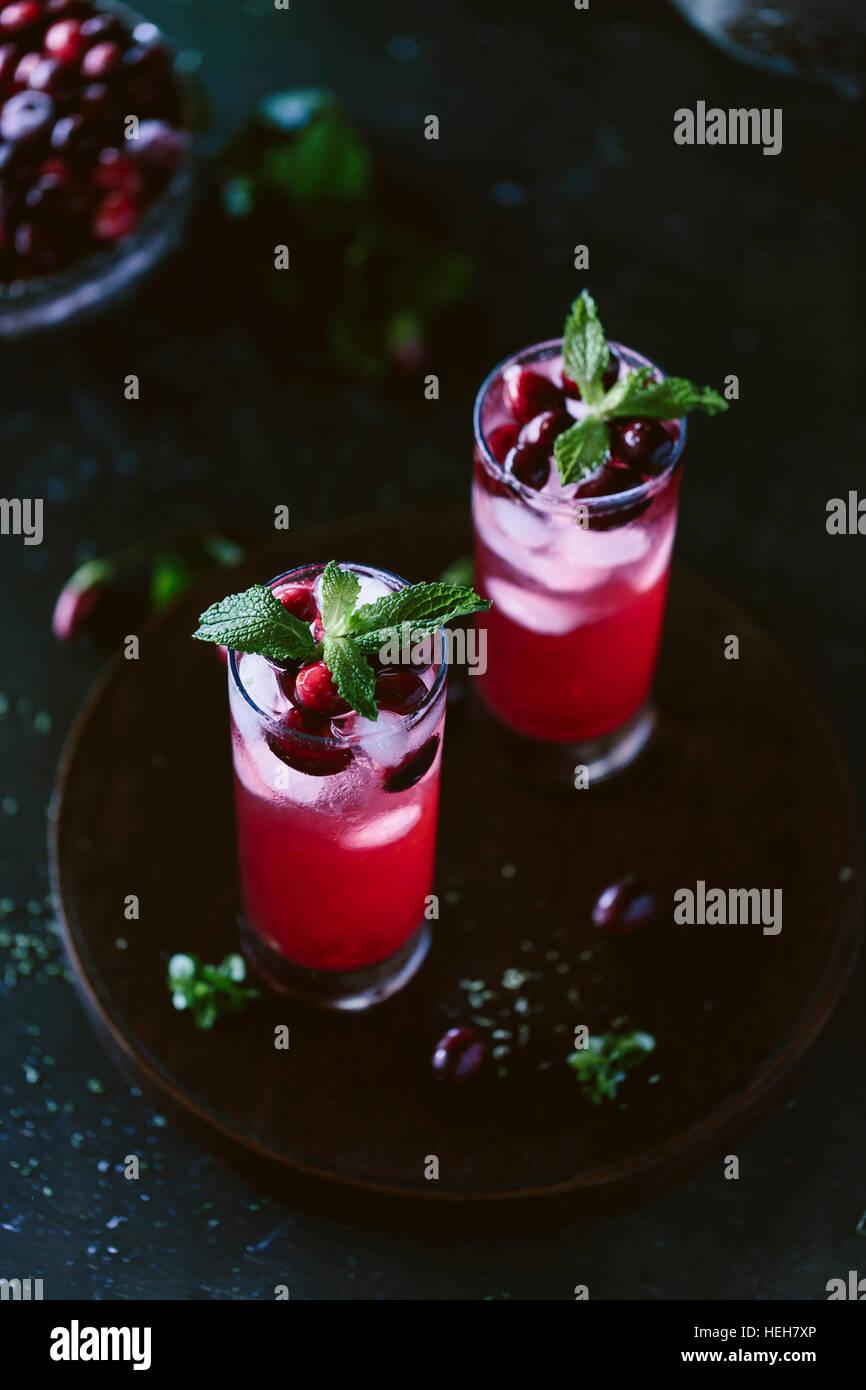 Cranberry und Minze Rum Punch in hohe Gläser Stockbild