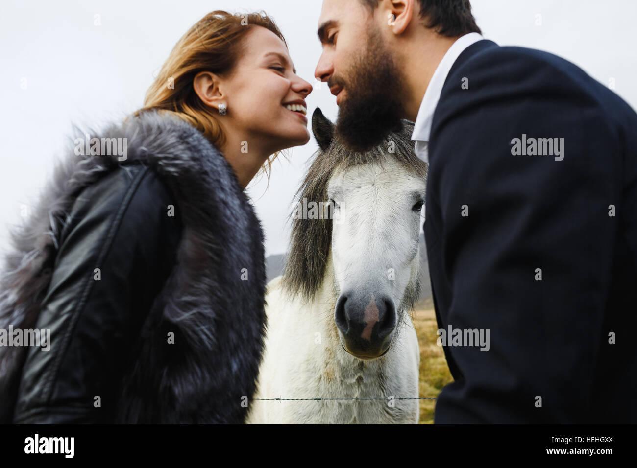 Verliebter Mann Und Frau Einander Mit Pferd Zwischen Ihnen